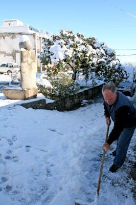 20090110015650-quitando-la-nieve-de-la-puerta.jpg